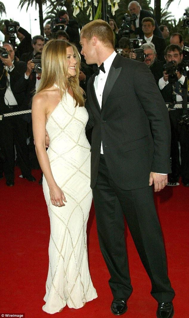 Jennifer Aniston dự công chiếu phim Troy của chồng Brad Pitt tại LHP Cannes năm 2004. Chiếc váy trắng của cô vẫn hợp mốt tới tận bây giờ