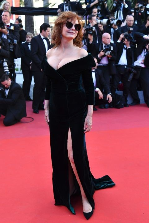 71 tuổi, sao Hollywood Susan Sarandon vẫn tự tin khoe ngực trên thảm đỏ. Bộ váy của Alberta Ferretti là lựa chọn hoàn hảo với nữ diễn viên này
