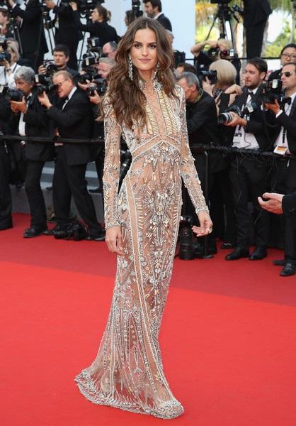Izabel Goulart tập gym gần như 7 ngày trong tuần, đó là lý do cô tự tin diện trang phục không nội y dự LHP Cannes năm nay. Bộ váy đính đá, pha lê, cườm rất tinh xảo