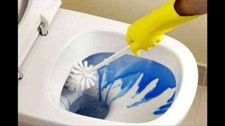 Hóa chất tẩy rửa nhà vệ sinh có chứa a xít hoặc kiểm với tính ăn mòn rất mạnh dễ gây bỏng