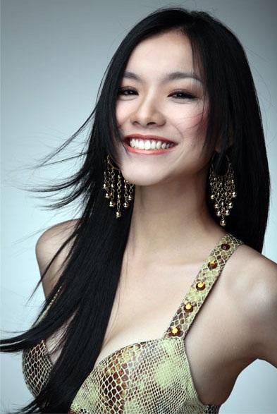 Hoạt động âm nhạc từ năm 12 tuổi, Thùy Lâm sớm đã được nhiều khán giả biết đến với vai trò là một ca sĩ. Không những thế, trong thời gian du học ở Đức, cô cũng tham gia làm người mẫu. Năm 2004, sau khi trở về Việt Nam, Thùy Lâm tiếp tục đam mê ca hát của mình đồng thời lấn sân sang lĩnh vực điện ảnh với các phim: Tấm hộ chiếu vào đời, Ghen, Kiều nữ và đại gia. Với lợi thế về hình thể sẵn có cùng vẻ đẹp tươi tắn, hài hòa, năm 2008, Thùy Lâm đăng kí tham gia chương trình Hoa hậu hoàn vũ được tổ chức tại Nha Trang và may mắn giành ngôi vị cao nhất.