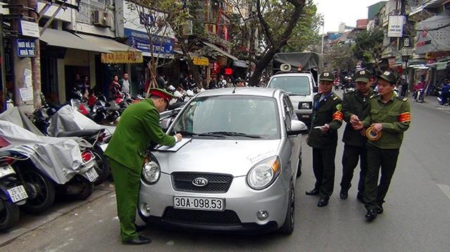 Lực lượng chức năng quận Hoàn Kiếm xử lí vi phạm trên vỉa hè, lòng đường