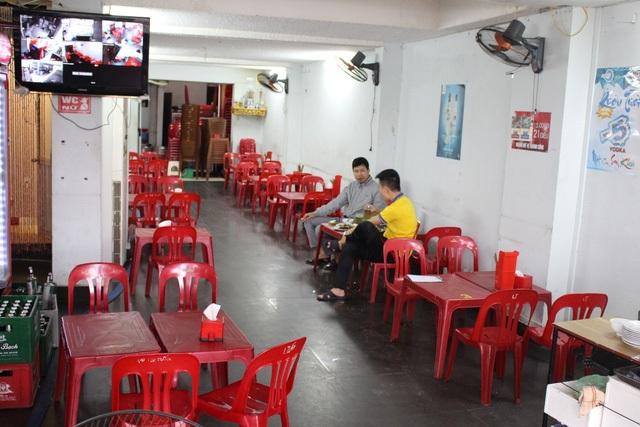 Một quán bia hơi trên con phố bị dọn dẹp vỉa hè rất vắng khách dù đang trong giờ cao điểm.