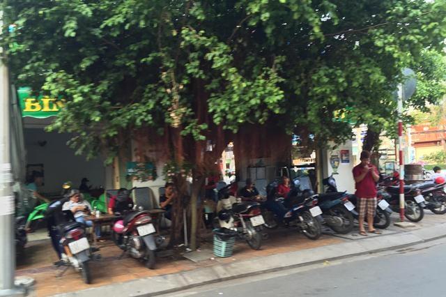 Một quán cà phê ở đường Lê Bình (quận Ninh Kiều) đậu xe lấn chiếm hết vỉa hè