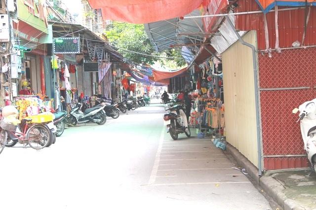 Vỉa hè tại phường Vân Giang bị chiếm đóng thành nơi bán hàng rất nhộn nhịp từ nhiều năm nay.