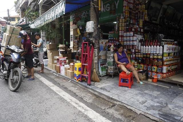 Vỉa hè khắp Hà Nội đã thông thoáng hơn sau chiến dịch dọn dẹp được khởi động từ đầu tháng 3/2017. Tuy nhiên, nhiều nơi có hiện tượng tái chiếm, hàng hoá bày tràn lan chiếm hết phần đường dành cho người đi bộ. (Ảnh: Hữu Nghị)