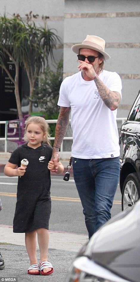 David Beckham dắt tay con gái nhỏ Harper. Cựu danh thủ nước Anh nổi tiếng là người khéo léo trong việc chăm sóc cho các con khi vợ đi vắng.