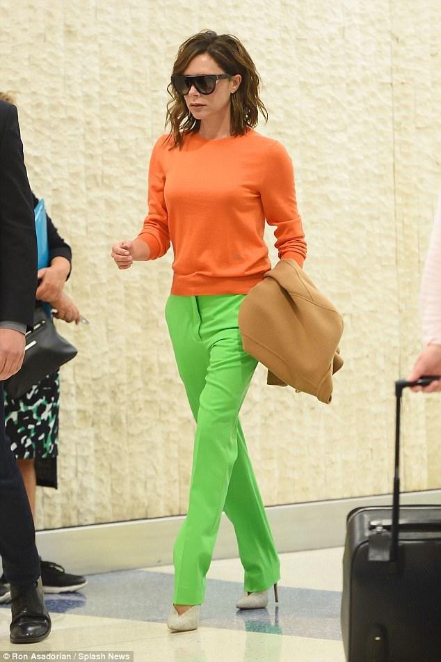 Victoria Beckham xuất hiện sành điệu tại sân bay JFK ở New York ngày 5/6 vừa qua. Bà Beck gây ngạc nhiên khi chọn cho mình bộ cánh rực rỡ, áo màu cam, quần nõn chuối và áo khoác nâu