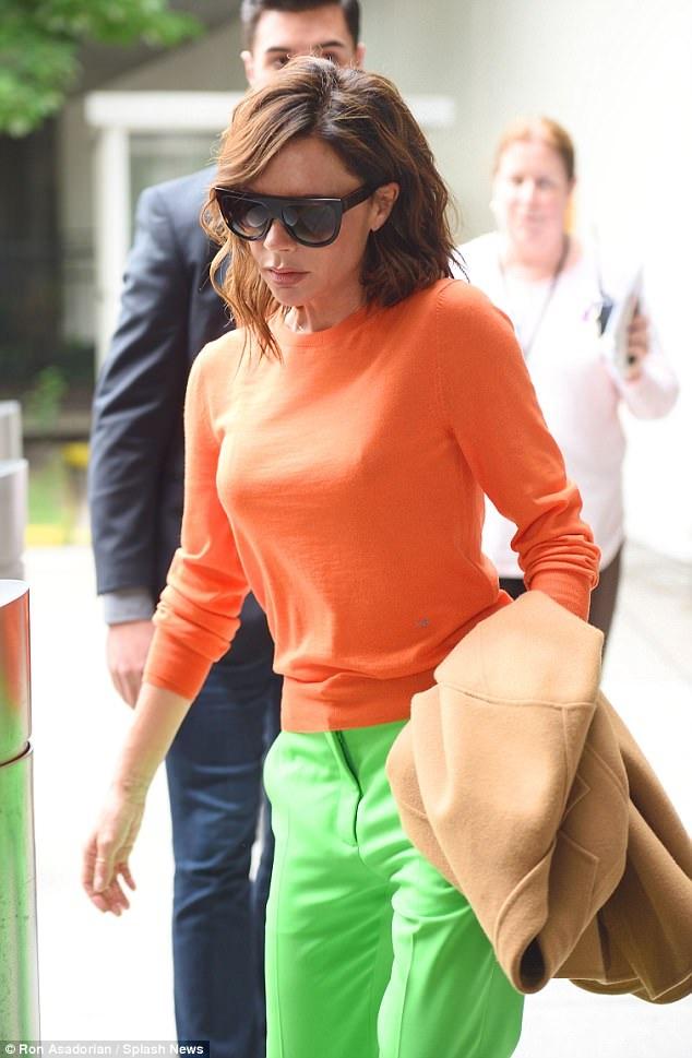 Trang phục yêu thích của Vic ngoài sân bay luôn là những kiểu áo ngắn ôm sát, quần ống đứng và kính râm