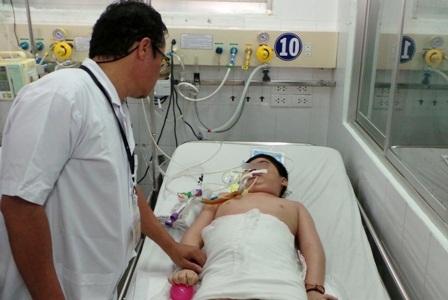 BS Hữu Khanh bùi ngùi khi không thể giúp trẻ thoát khỏi di chứng sau gần 1 năm điều trị