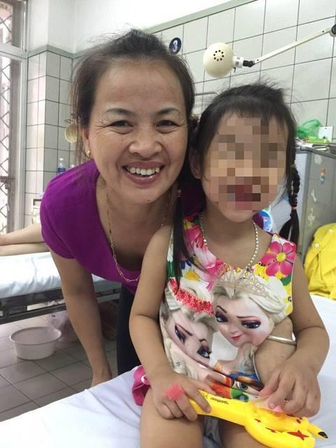 Bé gái tươi tắn khỏe mạnh ngày xuất viện, sau quá trình điều trị viêm cơ tim nguy hiểm. Ảnh: M.T