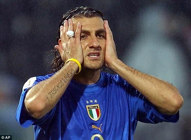 """Năm 2006, Sampdoria ký hợp đồng 1 năm với Vieri. Dù vậy, cầu thủ này đã nhanh chóng rời khỏi sân Luigi Ferraris chỉ trong vòng 35 ngày. Đằng sau quyết định ra đi của Vieri vẫn là câu chuyện bí ẩn. Theo báo giới Italia, quyết định trên được đưa ra sau cuộc nói chuyện giữa Vieri và Giám đốc điều hành Sampdoria, Giuseppe Marotta. Sau đó, sếp của Sampdoria khẳng định """"không đủ điều kiện"""" giữ chân tiền đạo này. Cuối cùng, chân sút lừng danh người Italia ký hợp đồng với Atalanta với mức lương… 1.500 euro/tháng (kèm theo khoản thưởng nếu ghi bàn). Thế nhưng, Vieri chỉ ghi 2 bàn ở mùa giải năm đó, trước khi chuyển sang Fiorentina."""