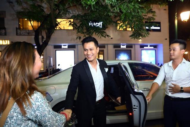 """Tối 12/10 tại một sự kiện ở Hà Nội, nam diễn viên Việt Anh hút sự chú ý khi xuất hiện bảnh bao với vest và đôi giày hàng hiệu. Đặc biệt, Phan Hải của """"Người phán xử"""" khiến tất cả những người có mặt ở sự kiện tò mò khi anh bước xuống từ chiếc siêu xe màu trắng trị giá hàng chục tỷ đồng, có tài xế riêng."""