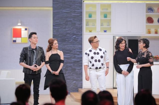 MC Việt Hương cũng tiết lộ cách đây 20 năm nam ca sĩ đã từng cầu hôn mình mà không hề ngần ngại sự hiện diện của bạn gái hiện tại của anh cũng như sự bất ngờ từ phía khán giả.