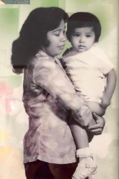 Bức ảnh kỷ niệm của Việt Trinh (thời bé) và mẹ. Ảnh: NVCC.