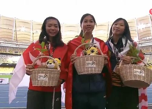 Dương Việt Anh (giữa) nhận đồng HCV với vận động viên Singapore ở nội dung nhảy cao nữ (thi đấu ngày hôm qua 24/8)