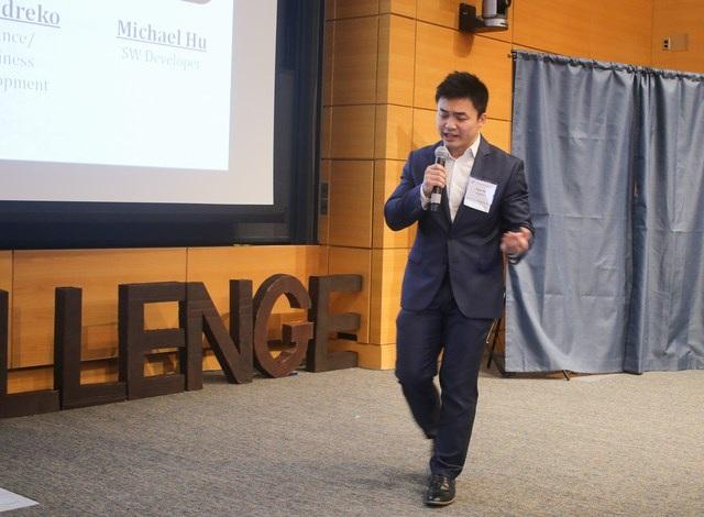 9X gốc Việt Hồ Hoàng Anh Tuấn đại diện nhóm thuyết trình về ý tưởng ScholarJet trong đêm Chung kết VietChallenge 2017 ngày 1/4.