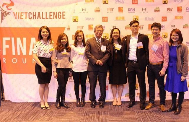Đại sứ Việt Nam tại Mỹ Phạm Quang Vinh chụp ảnh với BTC và đội thi.