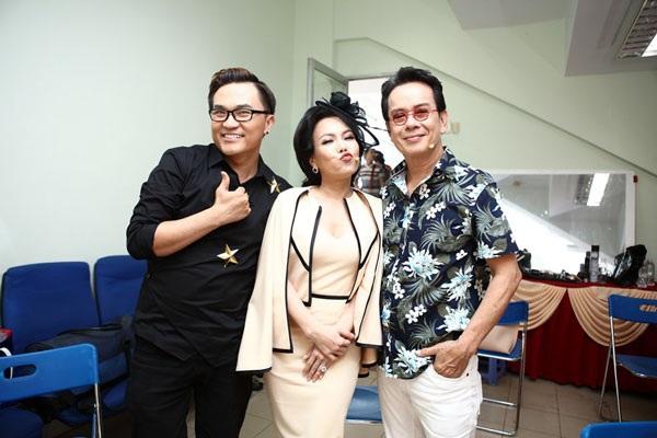 Nghệ sĩ Việt Hương (giữa) đắt show ngồi ghế nóng. Chị chia sẻ, cát- sê cho vai diễn đầu tiên là 15 ngàn đồng.
