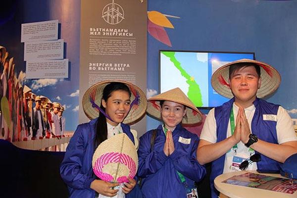 Khách tham quan chụp ảnh kỷ niệm với nón lá Việt Nam.