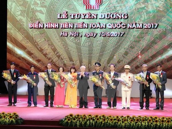 Tổng Bí thư Nguyễn Phú Trọng tặng hoa cho các điển hình tiên tiến. (Ảnh : Phương Hoa/TTXVN)