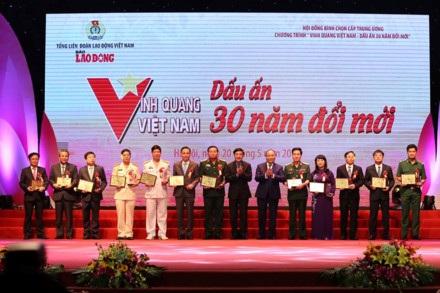 Thủ tướng Nguyễn Xuân Phúc và Chủ tịch Tổng LĐLĐVN Bùi Văn Cường trao giải thưởng cho đại diện các tập thể xuất sắc. (Ảnh: Lao động)