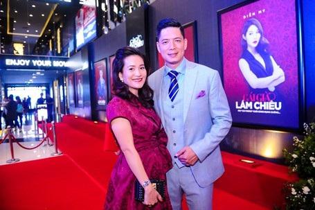 """Vợ diễn viên Bình Minh là Anh Thơ đến cổ vũ chồng liên tục bị trêu chọc: """"Giờ anh đã là chồng người ta"""". Trong phim, Bình Minh có phân cảnh nóng với bạn diễn nhưng Anh Thơ cũng không ghen vì đã rất hiểu cho công việc của chồng."""