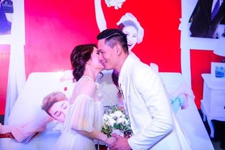 Linh San sau đó còn bất ngờ hôn lên trán Thiên Minh khiến nhiều khán giả hò reo, vỗ tay chúc mừng.