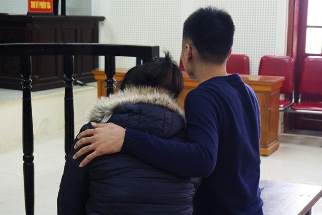 Vi Văn Toán động viên vợ sau khi xin nhận tội thay bất thành