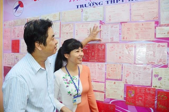 Vợ chồng thầy Lý, cô Huê rất vui khi nhìn lại tấm thiệp cưới của mình cách đây nhiều năm trước.