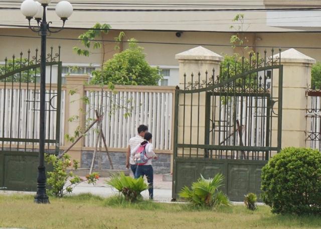 Anh Hải và vợ rời tòa sau phiên xét xử