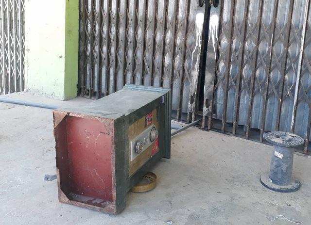 Chiếc két sắt của gia đình bà Oanh nằm chỏng chơ ngoài thềm