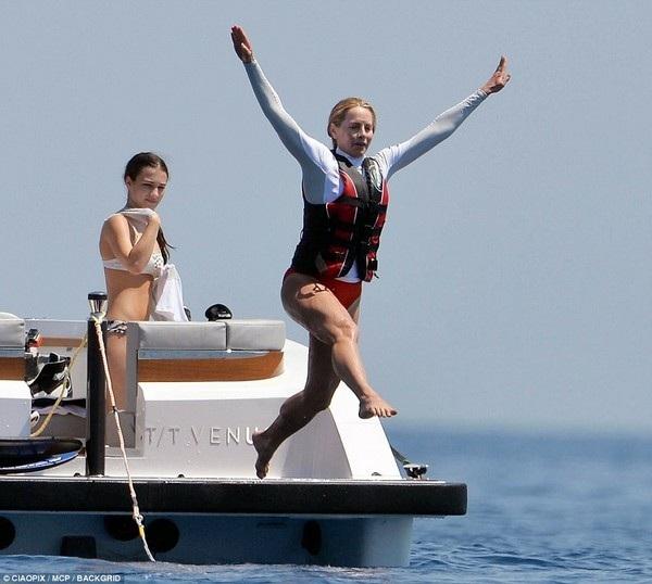 Laurene Powell Jobs cùng con gái thích thú chơi đùa trên biển