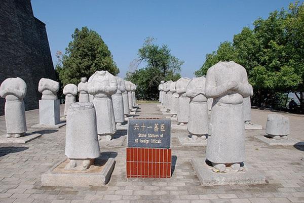 61 bức tượng mất đầu bên trong khuôn viên Càn Lăng