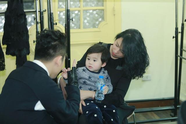 """Vợ tôi, sau 2 ngày sinh mổ bé Voi đã liều lĩnh, dũng cảm ra sân khấu quan sát, góp ý cho liveshow của tôi diễn ra một cách trơn tru. Đó là sự hi sinh quá lớn của cô ấy"""", Tùng Dương kể."""