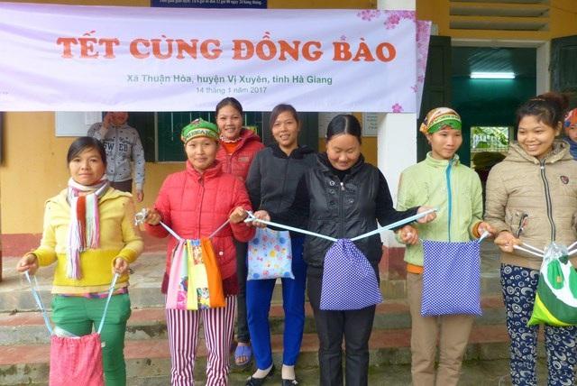 Du học sinh Việt tại Úc tặng quà Tết tới đồng bào vùng cao - 4