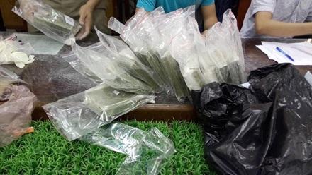 Tang vật của vụ án gồm 100 bánh heroin và 181 viên ma tuý tổng hợp cùng hơn 200 triệu đồng.