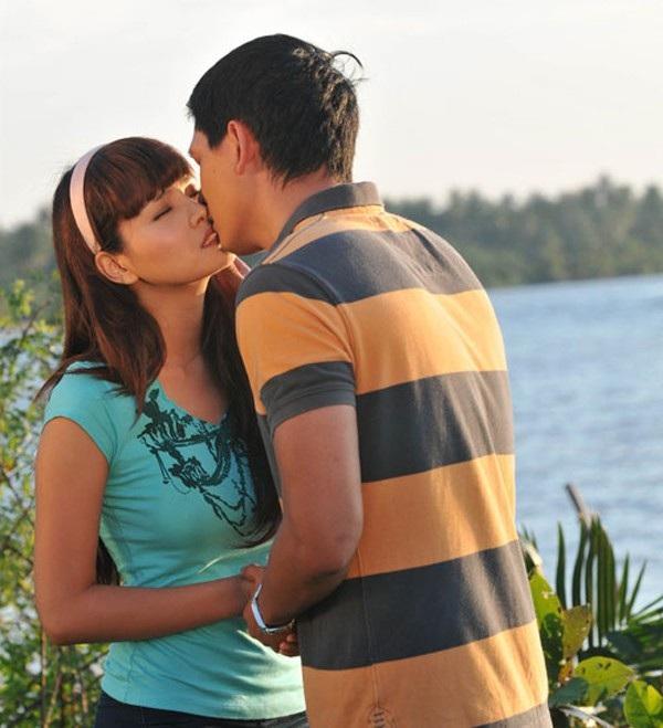 Vũ Thu Phương và Bình Minh và nụ hôn ngọt ngào trong phim Khát vọng thượng lưu. Bình Minh vào vai chàng trai quê nghèo, nảy sinh tình cảm với nhân vật do Thu Phương đảm nhận.