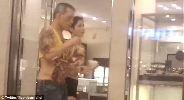 """Hình ảnh vị Vua mới lên ngôi của Thái Lan trong bộ trang phục """"khó coi"""" (Ảnh cắt từ clip)"""