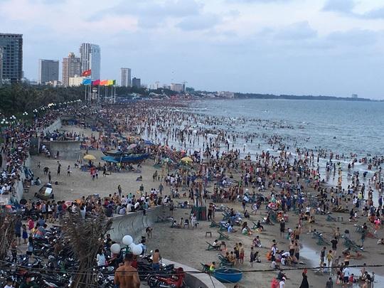 Ngày 1-5, lượng khách tại bãi biển Vũng Tàu quá đông, bãi biển chật cứng người. Nhiều du khách không thở được đành trả phòng quay về nhà hoặc đi tìm chỗ du lịch mới ở các tỉnh lân cận. Ông Trần Bá Việt, Trưởng phòng Văn hóa thông tin TP Vũng Tàu uớc tính trong 2 ngày 29-4 và 30-4, có khoảng 100.000 lượt khách đã tới Vũng Tàu để tắm biển, nếu tính cả lượng khách tập trung tại các nhà hàng, quán ăn thì còn cao hơn nhiều. (Ảnh: NLĐ)