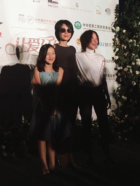Vương Phi dẫn hai con gái tới dự một sự kiện gây quỹ từ thiện tại Bắc Kinh, Trung Quốc, tối 23/9.