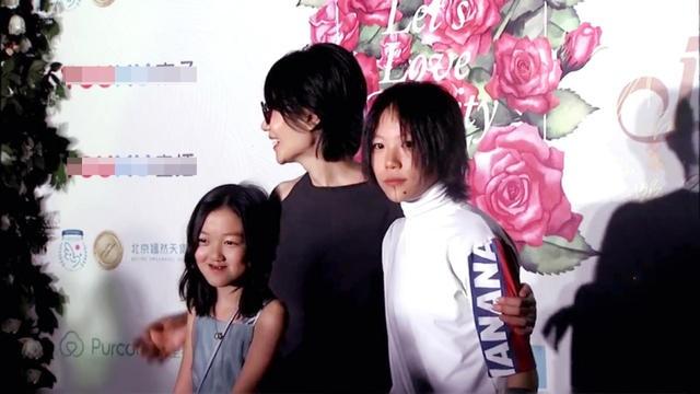 Vương Phi đã trải qua hai đời chồng và với mỗi một người chồng, cô có một cô con gái với họ. Dou Jing Tong là kết quả cuộc hôn nhân đầu tiên của Vương Phi và Li Yan là con gái của cô với nam diễn viên Lý Á Bằng.