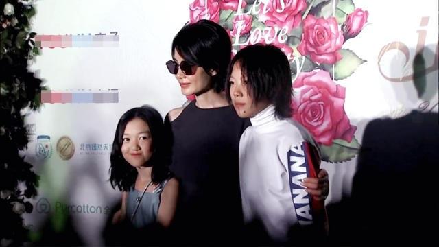Dou Jing Tong năm nay 19 tuổi rất cá tính và nổi loạn. Cô bé từ bỏ sự nghiệp học hành cách đây 2 năm để theo đuổi việc ca hát. Dou Jing Tong cũng có năng khiếu và nhạc cảm tốt như mẹ ruột. Cô bé từng vài lần tham dự trình diễn trong một số show ca nhạc tại Trung Quốc.