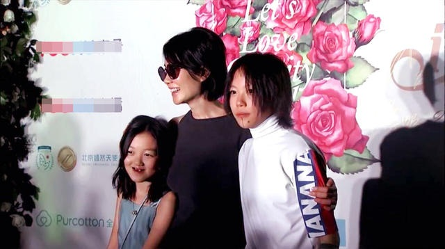 Li Yan, năm nay 11 tuổi, là con gái của Vương Phi và Lý Á Bằng. Cô bé bị dị tật môi bẩm sinh nhưng đã được phẫu thuật sau khi chào đời. Cô bé hiện sống cùng cha ruột sau khi cha mẹ ly dị vào năm 2014.