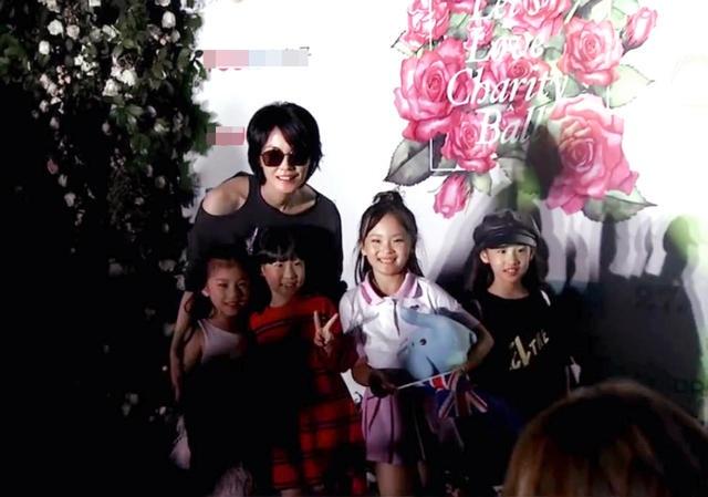Vương Phi chụp ảnh cùng các fan nhí.