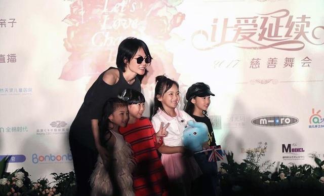 Dù không tham gia nhiều hoạt động của làng giải trí và giải nghệ từ khá lâu nhưng Vương Phi vẫn được khán giả tại Trung Quốc yêu mến bởi giọng hát độc nhât vô nhị.