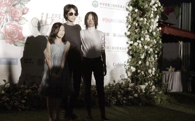 Đây là lần hiếm hoi cả ba mẹ con Vương Phi cùng tham dự một sự kiện nên họ nhanh chóng thu hút sự quan tâm của truyền thông.