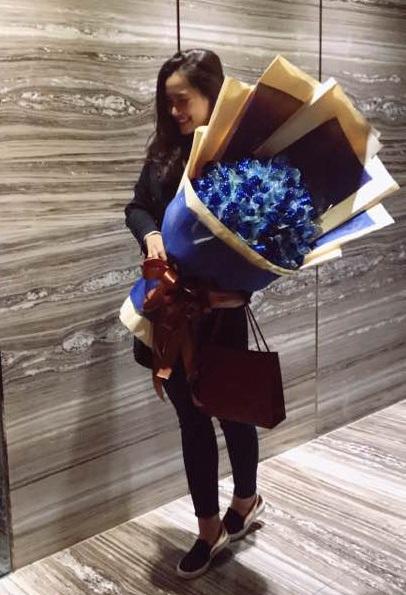 """Vương Thu Phương bất ngờ khoe bó hoa to đùng được nhận trong ngày Lễ tình nhân với dòng status đầy tình cảm cùng nhiều icon nụ hôn nồng nàn: """"Hậu Valentine, hoa chồng chọn,quà chồng mua""""."""