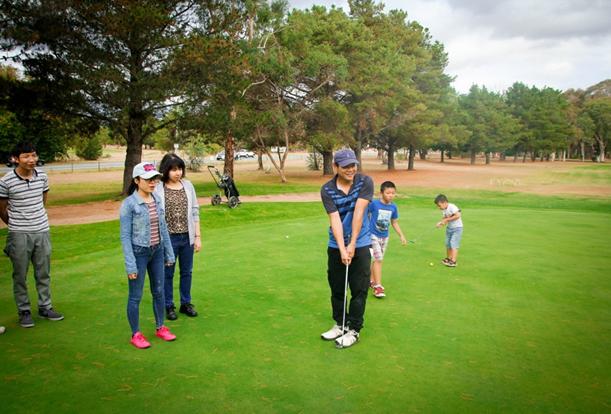 Các thành viên của SYCA-Champion hướng dẫn các thành viên của ACT-VYSA về cách chơi golf (Ảnh: Phi Vũ)