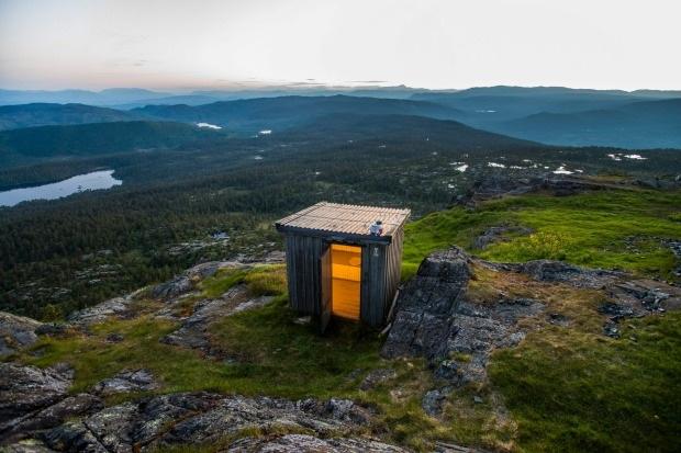 Một khung cảnh thơ mộng giữa thiên nhiên khoáng đạt. Đó là những gì người ta hình dung về nhà vệ sinh nằm trên núi Jonsknuten của Na Uy. Du khách chỉ việc đóng cửa và ngắm nhìn toàn cảnh vùng núi cao mộng mơ.